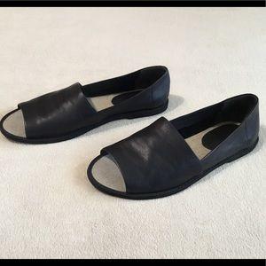 Vince Isla Open Toe leather Black Flats Sz.8.5